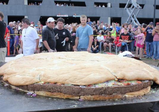 食べる気にならない世界最大のチーズバーガー
