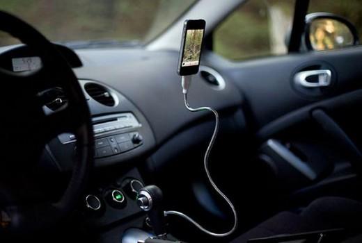 iPhoneのスタンドにもなる充電ケーブル