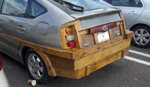 木製のトヨタ・プリウス