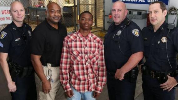 心臓発作で倒れた警官、強盗罪で逮捕された少年に助けられる