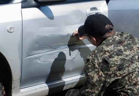 車のドアの傷を利用した秀逸なアート