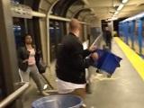 駅のホームで口論になり男が女に汚水を浴びせる