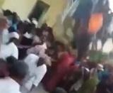 インドで祭りで集まった観衆にバルコニーが崩壊