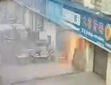 ガス爆発発生、爆風で建物から男が外に飛び出す