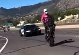 バイク乗りがパトカーを挑発、警察本気出す