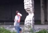 柱のエグれたところに石をぶつけると…
