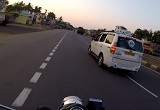 左側車線を走行中のバイク、車線変更した瞬間ヤバッ!