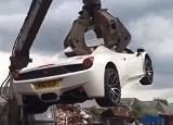 実業家の男がいわく付きのフェラーリを購入するも解体される