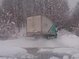 雪の積もった山道を攻めまくるトラック
