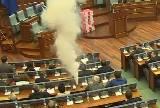コソボの議会で野党議員が催涙ガスを噴射して採決を妨害