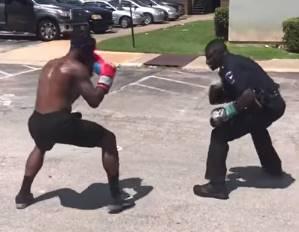 警察官が一般人とボクシング対決しちゃう映像