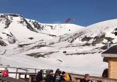 パラグライダーがスキー場の休憩所に突っ込む