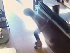 女が店内で脱糞、店員にウ○コ投げつける