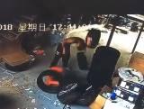 タイヤショップで落ちたタイヤが男の頭に直撃