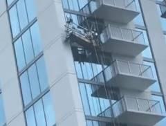 ビルの窓掃除作業中にケーブルが爆発