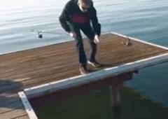 釣った魚を落としてしまうも奇跡が起こる