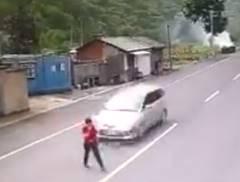 道路を横断中の男が乗用車に靴をはね飛ばされる