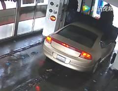 乗用車を洗車機に通すも信じがたいアクシデント発生