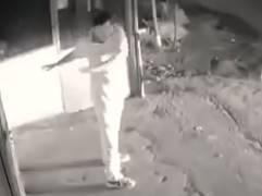 体操しているフリをして電球を盗む男