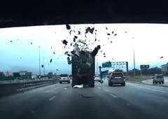 当て逃げならぬ落とし逃げするトラック