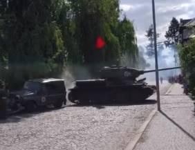 戦車が左折時に路上駐車車両にぶつける