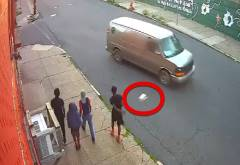 走っている車の窓にボトルを投げる不良少年