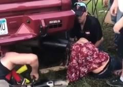 トラックのマフラーに女が頭を突っ込み抜けなくなる