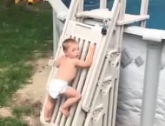 僕赤ちゃん、一人でプールに入っちゃうもんね~