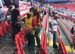 W杯で日本人とセネガル人の観戦客がスタンドを清掃
