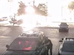 すぐ近くに雷が落ちて警察官ビックリ!