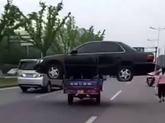 小型三輪自動車で乗用車を運搬する衝撃映像