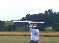 時速約500kmで飛行するプロペララジコン飛行機