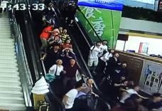 中国の観光センターで天井が崩落し観光客が下敷きに