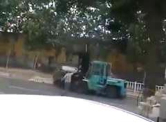 45歳の中国人男性がフォークリフトで暴走