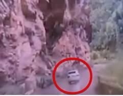 乗用車に落石が直撃するも奇跡的に命は助かる