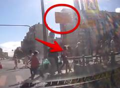 強風で倒れた道路標識が女性に直撃