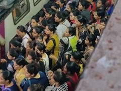 インドの女性専用車両が阿鼻叫喚の図