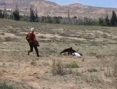 キルギス族の伝統的な民族祭で少女が鷹に襲われる