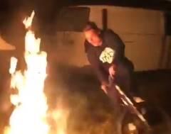 焚き火に突っ込むかたちで自転車が転倒