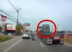 大型トレーラーからロール状鉄板が脱落