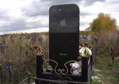 iPhone好きの故人を偲んでiPhone型墓石に