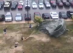 強風の日にパラシュートの訓練をするべからず