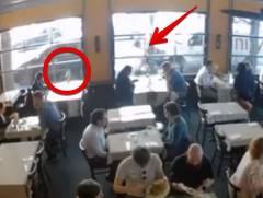 通行人がタイ料理店のガラスをパンチ!