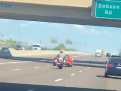 警察バイクがスポーツカーのフェイントに釣られる