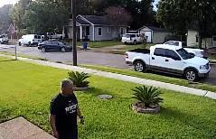 男性が家の前で2匹の犬に襲われそうになるが…