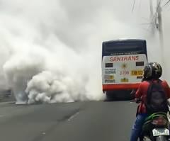噴火でもしたの?ってレベルの白煙を吹くバス