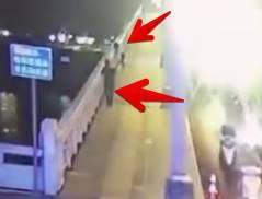 橋の上から女が男に投げ落とされる