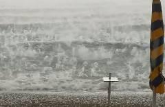 イタリアのビーチリゾートで激しい雹が降る
