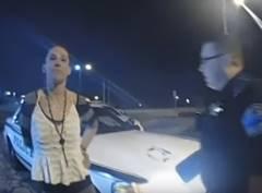 手錠をかけられた女性がパトカーを盗む