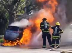 消防士が炎上車両を消化していたら…